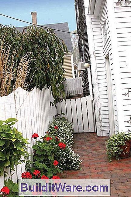 Neben Einem New England Haus Bieten Breite, Eng Aneinander Liegende  Lattenzäune Privatsphäre,