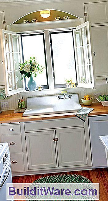 Bewahrte Flügelfenster, Metzgerblock Arbeitsplatten Und Eine Antike Spüle  Verleihen Der Winzigen Küche Eine Sonnige