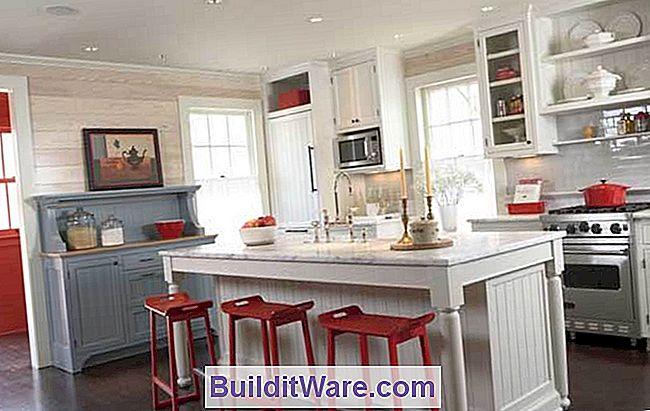 Fotogalerie: Weiße Küchen. Bordwände, Eingelassene Schränke,  Beadboard Akzente Und Freistehende Küchenmöbel Sind Historische Details Im  Alten